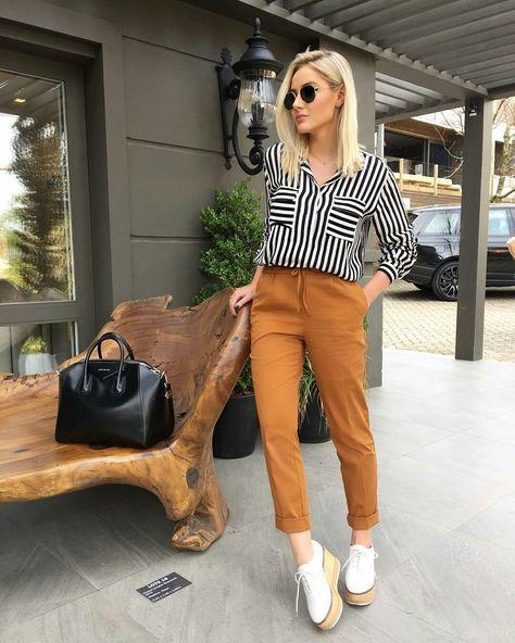 mulher de calça, blusa e flatform