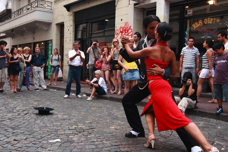 casal dança tango no centro de buenos aires