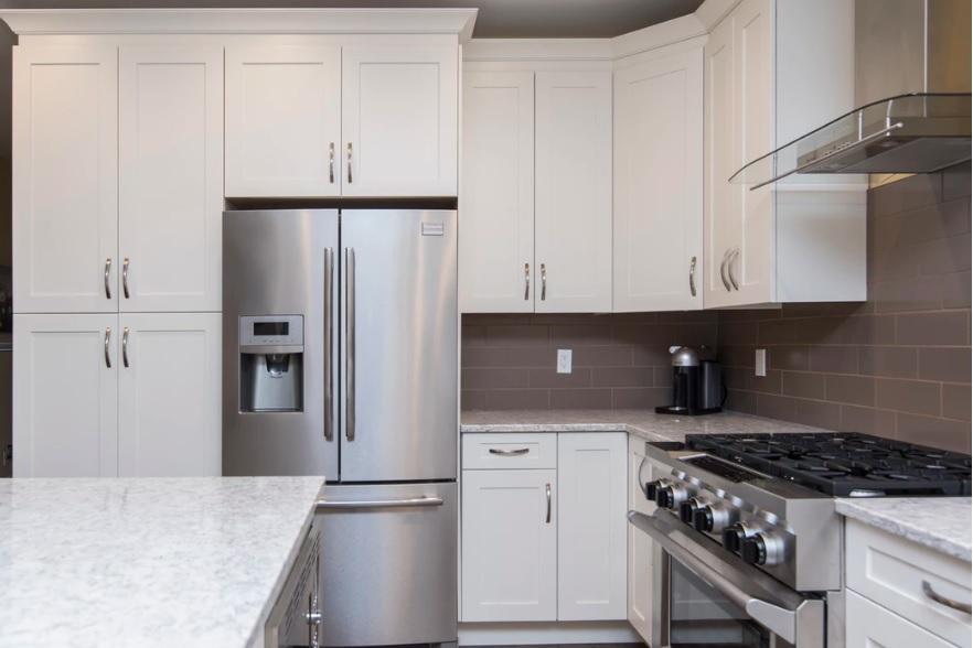 cozinha de nicho com geladeira french door